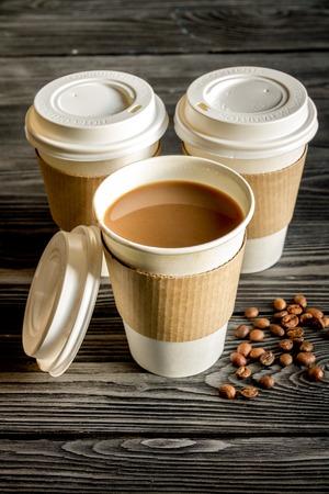 tazza di caffè togliere a fondo in legno scuro Archivio Fotografico