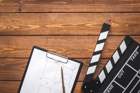 映画クラッパー ボード木製の背景平面図上で脚本デスクトップ 写真素材