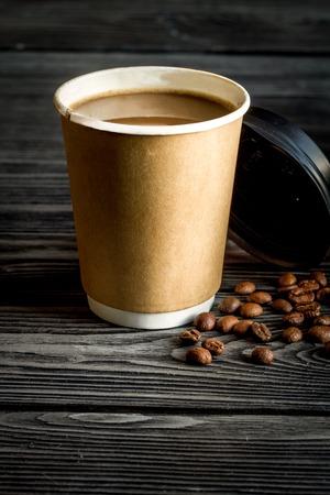 tazza di caffè togliere a fondo in legno scuro