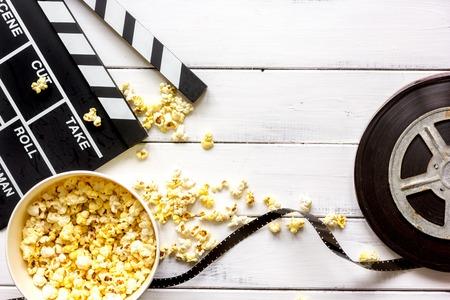 Regarder un film avec du maïs soufflé sur la vue de dessus de fond en bois. Banque d'images - 67511710
