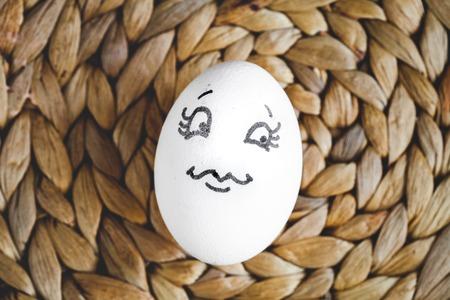 caras pintadas: concepto humano relaciones y emociones huevos flirteo en la visión superior estera