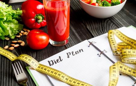 コンセプト ダイエットと野菜と痩身プランでクローズ アップ モック木製の背景