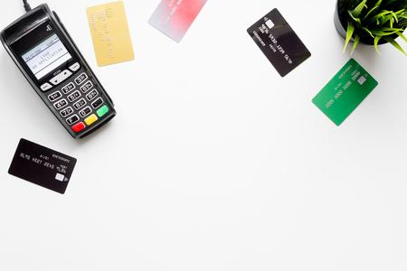 ホワイト バック グラウンド平面図上のカードと端末の支払い。 写真素材