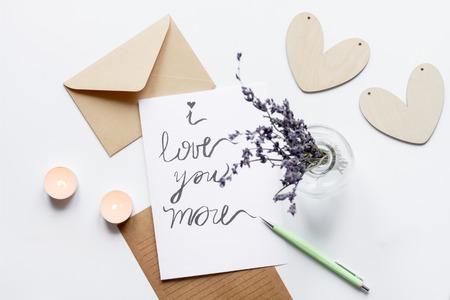 bougie coeur: concept de la Saint-Valentin lettre d'amour fond blanc vue de dessus