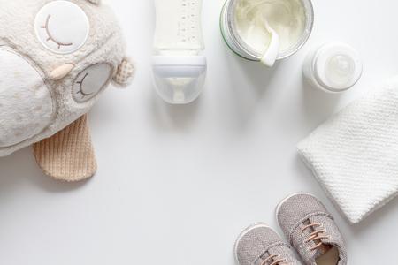 ホワイト バック グラウンド トップ ビューに混合授乳の準備