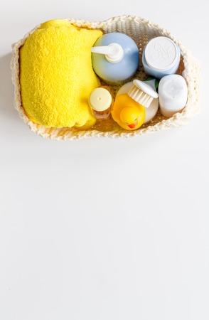 白い背景の上のアヒルとお風呂のため赤ちゃんのアクセサリー。