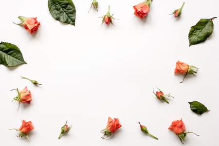 ホワイト バック グラウンド トップ ビューをモックの花のパターン