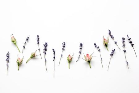 Muster von Blumen auf weißem Hintergrund Ansicht von oben Mock-up
