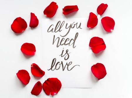 vista dall'alto motivo floreale calligrafia tutto ciò di cui hai bisogno è amore
