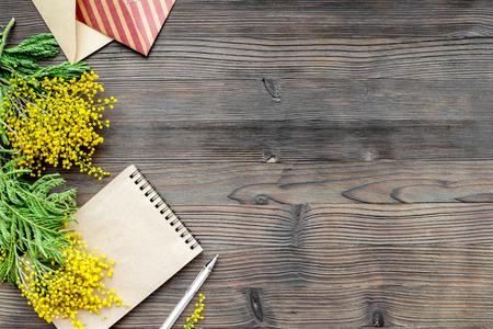 Concepto internacional de las mujeres del día con flores en la vista superior del fondo de madera maqueta Foto de archivo - 71517051