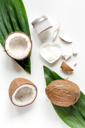 白い背景の上のココナッツとオーガニック化粧品のトップ ビュー