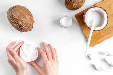 Bio-Kosmetik mit Kokosnuss auf weißem Hintergrund Draufsicht Standard-Bild - 72370046
