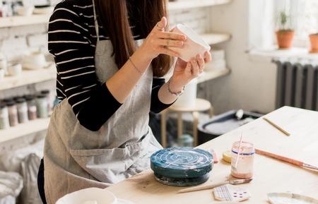 producción de taller de pintura de productos de cerámica de mesa.