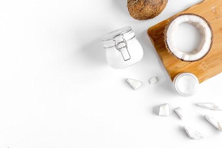 白い背景の上にココナッツとオーガニック化粧品のモックアップを表示します。 写真素材