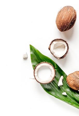 Cocktail à la noix de coco sur fond blanc vue de dessus Banque d'images - 72440540