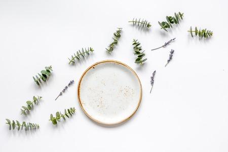 ラベンダーと白いテーブル背景平面図モックアップにユーカリとトレンディな朝食デザイン