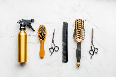 preparazione di taglio di capelli con gli strumenti del parrucchiere sul modello di vista superiore del fondo dello scrittorio