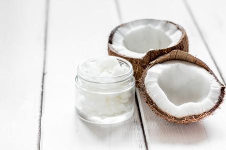 白いデスク背景に有機化粧品コンセプトのボディケアのための自然なココナッツ オイルのモックアップします。