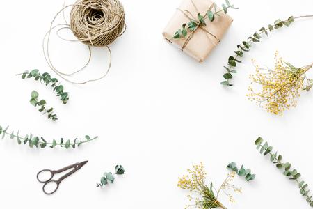 Coffret cadeau avec des fleurs pour les vacances sur fond blanc table de vue de dessus espace pour le texte Banque d'images - 75151577