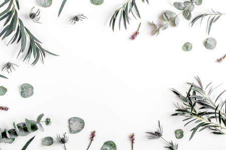 白いテーブル背景平面図モックアップの緑の葉と春花コンセプト 写真素材