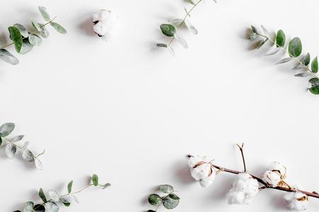 白いデスク背景トップ ビューにモーデン緑ハーブ モックアップと春します。
