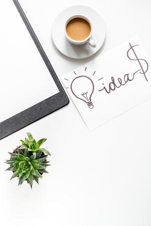 businessplan ontwikkeling met bord en kopje koffie op witte office desk achtergrond bovenaanzicht mock-up