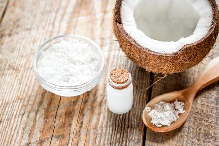 古い木製のテーブルの上の化粧品の概念でボディケアのためにココナッツ オイル