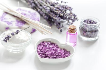 Körpercreme mit kosmetischem weißem Hintergrund der Lavendelkräuter Standard-Bild - 80985713