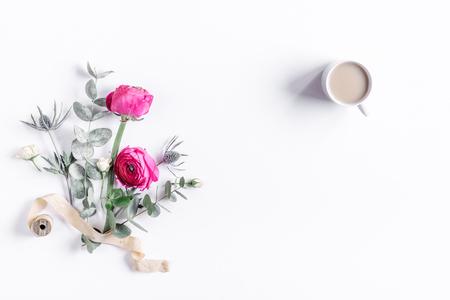 ホワイト バック グラウンド トップ ビュー モックアップの明るい花と花柄 写真素材