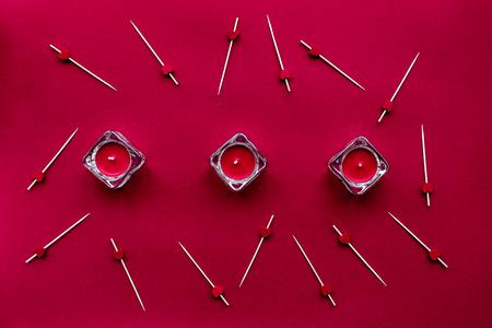 rode set met kaarsen voor restaurant menu concept bovenaanzicht patroon Stockfoto