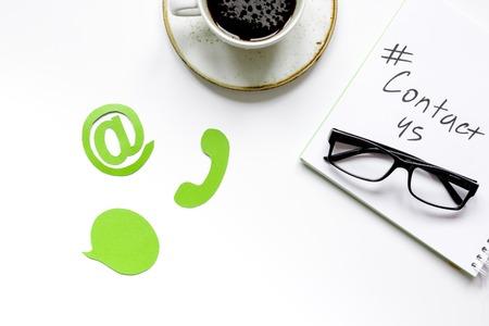 クライアント サポート サービス ワークデスクとお問い合わせ標識ホワイト バック グラウンド トップ ビュー