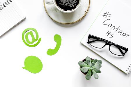 ホワイト バック グラウンド トップ ビューに署名する私たちの連絡先と顧客サポート サービス デスクトップ