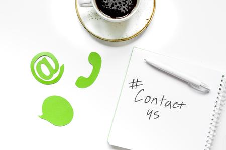 顧客サポートの弊社オフィスをお問い合わせテキストと白いデスク背景平面図上の標識