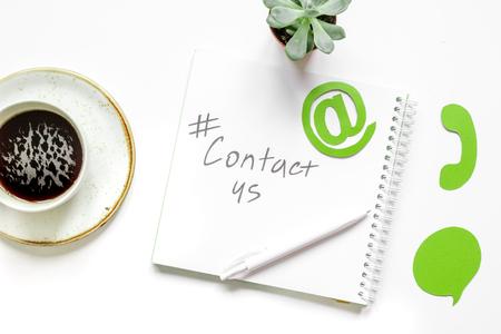 ホワイト オフィス背景トップ ビューに署名する私たちの連絡先と顧客サポート サービス デスクトップ