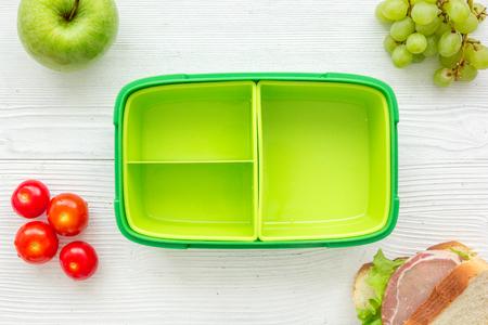 Petit déjeuner à emporter avec boîte à lunch et des aliments frais sur la vue de dessus de fond de table en bois blanc Banque d'images - 78823297