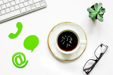 顧客サポート会社オフィス連絡先私たちの署名とコーヒーのトップ ビュー