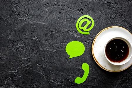 顧客サポート会社オフィス連絡先私たちの署名と濃い机背景平面図モックアップのコーヒー