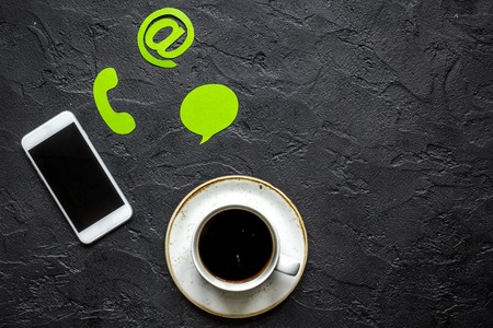 顧客サポート会社オフィス連絡先私たちの署名とコーヒー トップ ビュー モックアップ 写真素材