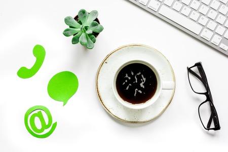 会社フィード バック コンセプトのコーヒーとキーボード ホワイト バック グラウンド トップ ビュー
