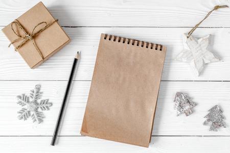新しい年のためのノートブックと目標木製の背景トップビュー