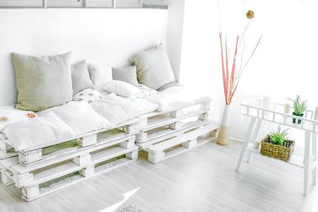 Maison intérieure de palette - pièce ensoleillée blanche et lumineuse Banque d'images