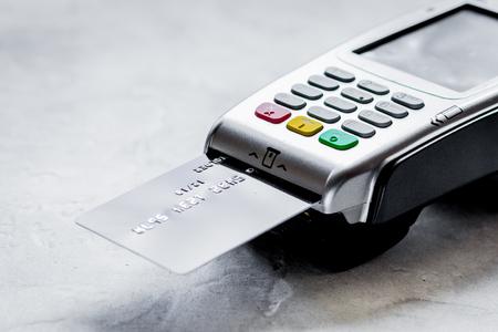 concept d'achat avec paiement par carte et terminal sur table backg