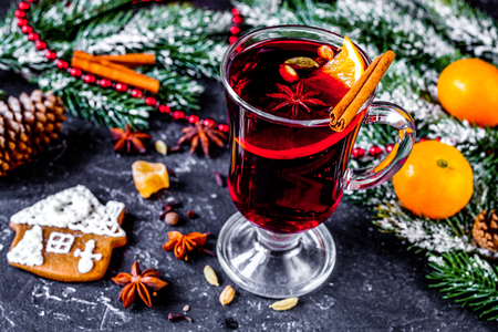 Christmas mulled wine with spices in cup on dark background 版權商用圖片