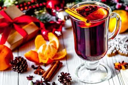 Christmas mulled wine with spices in cup on wooden background 版權商用圖片