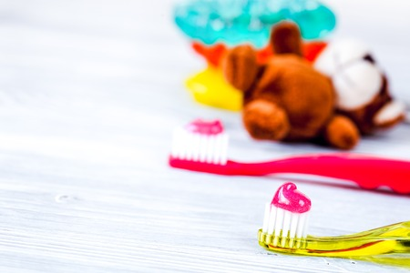 children's toothbrush oral care on wooden background. 免版税图像 - 107940321