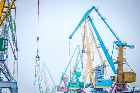 indastrial crane in cargo port at winter Banque d'images - 118402113