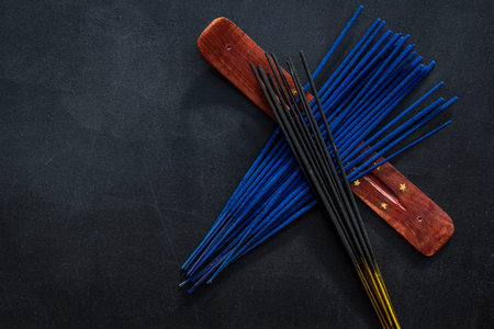 Bâtons de désodorisant sur la maquette de la vue de dessus bleu foncé