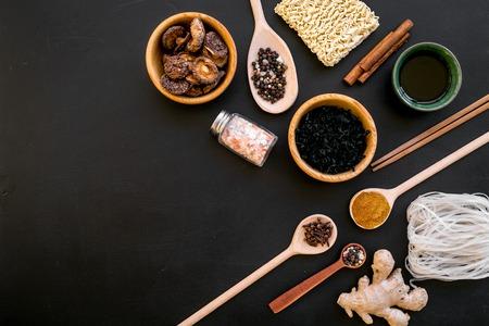Chinees en Japans eten koken met gember, kruiden en noedels op zwarte achtergrond bovenaanzicht mock-up