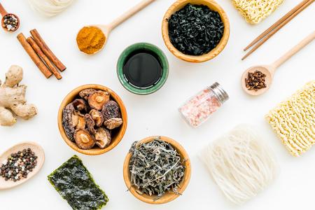 Geometrisches Design mit chinesischen, japanischen Produkten, Nudeln, Unkraut, Gewürzen, Pilzen auf weißem Hintergrund-Draufsichtsmuster