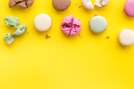 Macarons design on yellow background top view space for text 免版税图像